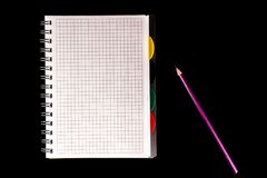 crayon de couleur et carnet, isolat sur le fond noir images stock
