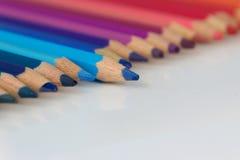 Crayon de couleur se tenant hors de la rangée Photographie stock libre de droits