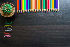 Crayon de couleur sur le bureau Image libre de droits