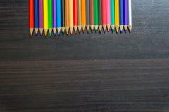 Crayon de couleur sur le bureau Photo libre de droits
