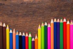 Crayon de couleur sur le fond en bois crayons L'horizontal de l'automne L'horizontal de l'automne photos stock