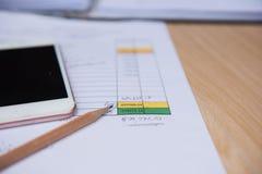 Crayon de plan rapproché avec la feuille et le téléphone d'affaires de finances Concept d'affaires Images stock