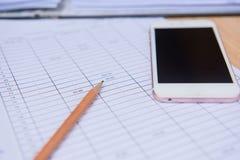 Crayon de plan rapproché avec la feuille et le téléphone d'affaires de finances Concept d'affaires Photo stock