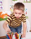 Crayon de retrait d'enfant dans la chambre de pièce. Photos libres de droits