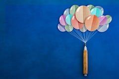 Crayon en bois avec la coupe de papier de forme de ballons Photo libre de droits