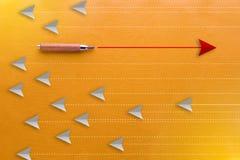 Crayon en bois et concept rouge de direction de flèche Images libres de droits