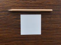 """Crayon en bois et papier mettant au milieu de la table en bois, concept """"getting de  d'idea†Images libres de droits"""
