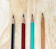 Crayon en bois sur le bureau en bois de Tableau Images libres de droits