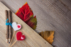 Crayon et bougie en forme de coeur placés (concept de valentine) Photos stock