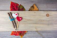crayon et bougie en forme de coeur placés sur le concept en bois de valentine Images stock