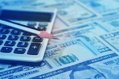 Crayon et calculatrice sur l'argent de billet de banque du dollar Photos libres de droits
