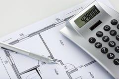 Crayon et calculatrice sur le modèle du plan d'étage Photographie stock libre de droits