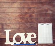 Crayon et carnet avec amour de mot Images libres de droits