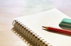 Crayon et gomme sur le carnet Photos libres de droits