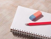 Crayon et gomme sur le carnet Images stock