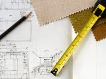 Crayon et machine de bande jaune sur le croquis topographique Photos stock