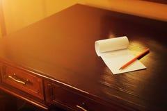 Crayon et papier de note vide sur la vieille table en bois, travail créatif Images stock