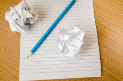 Crayon et papier sur la table en bois Photographie stock
