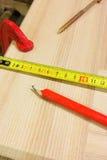 Crayon, grille de tabulation, bride et vis Photo libre de droits