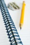 Crayon jaune et carnet de notes à spirale Image libre de droits