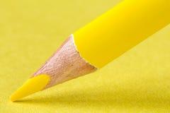 Crayon jaune sur le plan rapproché de papier photos stock