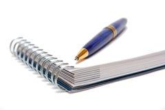 Crayon lecteur à un page blanc de cahier Photos stock