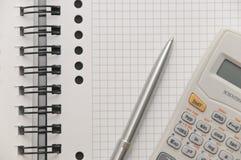 Crayon lecteur argenté élégant et calculatrice scientifique Images libres de droits