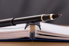 Crayon lecteur au-dessus d'un bloc-notes Photo libre de droits