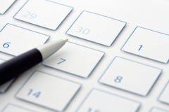 Crayon lecteur bleu sur le calendrier 3 Photos libres de droits
