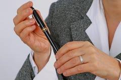 Crayon lecteur chez la main de la femme Image libre de droits