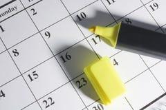 Crayon lecteur de repère sur le calendrier photos libres de droits