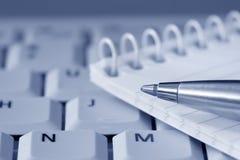 Crayon lecteur et bloc-notes sur le clavier Photo libre de droits