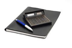 Crayon lecteur et calculatrice de petit morceau de cahier d'isolement sur le blanc Image libre de droits
