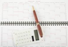 Crayon lecteur et calculatrice sur le plan ouvert d'an Photos libres de droits