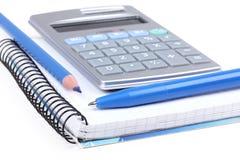 Crayon lecteur et crayon sur le cahier et la calculatrice de papier Photos stock