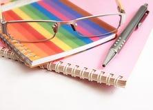 Crayon lecteur et glaces colorés de cahier sur le blanc Images stock