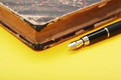 Crayon lecteur et livre Photos libres de droits
