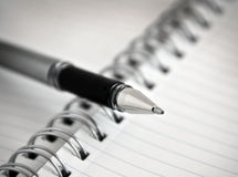 Crayon lecteur et spirale - cahier/bloc-notes attachés Images stock