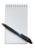 Crayon lecteur noir et petit cahier blanc sur le blanc Images libres de droits