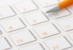 Crayon lecteur orange sur le calendrier 2 Photographie stock