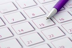 Crayon lecteur pourpré sur le calendrier 1 Photo stock