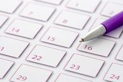 Crayon lecteur pourpré sur le calendrier 2 Photos libres de droits