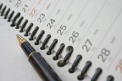 Crayon lecteur sur l'agenda de planification photos stock