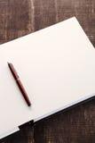 Crayon lecteur sur le cahier ouvert Image libre de droits