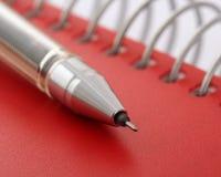 Crayon lecteur sur le cahier rouge Image libre de droits