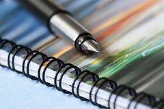 Crayon lecteur sur le carnet de notes à spirale image libre de droits