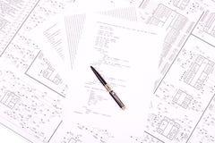 Crayon lecteur sur le papier avec le programme Image stock