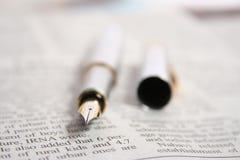 CRAYON LECTEUR SUR UN JOURNAL Images libres de droits