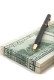 Crayon lecteur sur une pile d'argent comptant Photographie stock libre de droits
