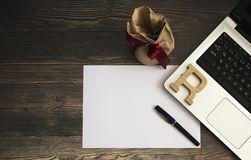 Crayon, livre blanc, ordinateur et boîte-cadeau sur la photo courante de fond en bois photo libre de droits